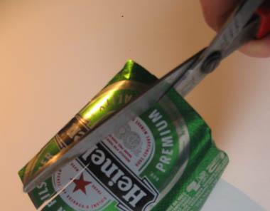 la lata hasta optener una tiras de metal de aprox. 8 mm. de ancho